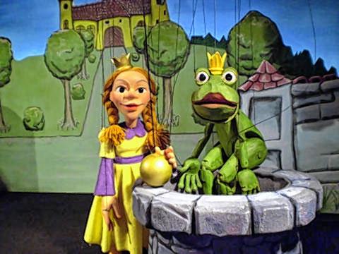 Zuerst ist die Prinzessin dem Frosch dankbar. Aber dann will der mit ihr ins Schloss...