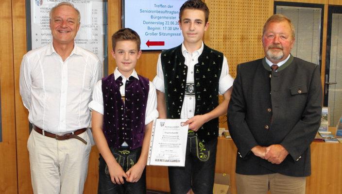 Preisverleihung im Landratsamt (von links): Kulturreferent Maier-Gehring, Matthias und Michael Summerer und stellvertretender Landrat Josef Huber. Foto: hö