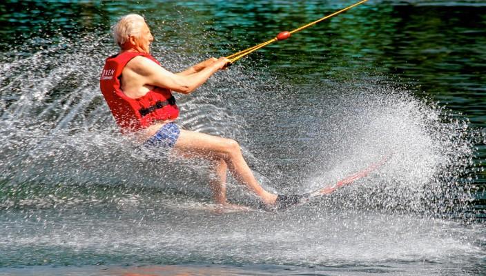 Der 84-jährige Erfinder der Wasserskiseilbahn Bruno Rixen drehte eine Ehrenrunde auf den Monoski.