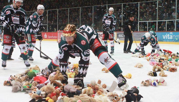 Die Spieler haben alle Hände voll zu tun, um die Kuscheltiere vom Eis zu bringen.