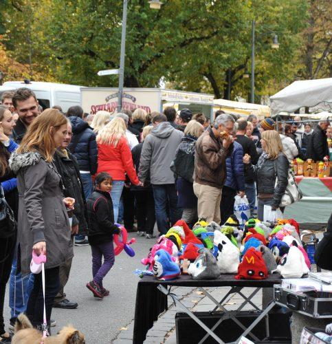 Es gibt 130 Stände am Warenmarkt. Hier findet jeder sein Lieblingsstück! Foto: Schlecker