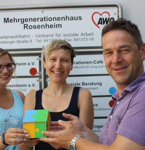 Übergabe eines symbolischen Mehrgenerationenhauses von Klaus Schindler an seine beiden Nachfolgerinnen Katharina Gaiduk (Mitte) und Franziska Stremming.