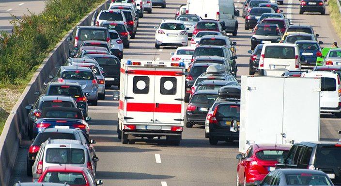 Ein späteres bilden der Rettungsgasse ist aufgrund von Platzmangel oft nicht möglich. Deswegen ist es besonders wichtig, frühzeitig zur entsprechenden Seite zu fahren. Foto: ADAC
