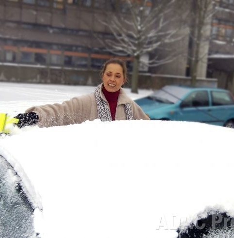 Schnee auf dem Autodach kann zur Gefahr werden. Für den Autofahrer selbst und den nachfolgenden Verkehr. Foto: ADAC/ Simon Katzer