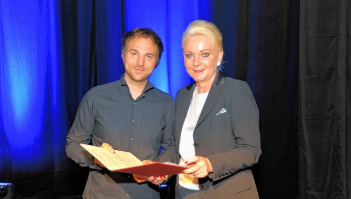 Oberbürgermeisterin Gabriele Bauer übergab den Preis an Herbert Schuch. Foto: Schlecker