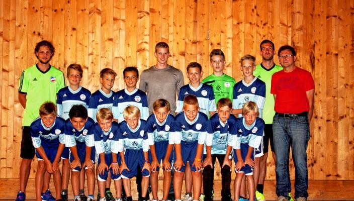 Die Nachwuchskicker aus dem Inntal freuen sich über die Unterstützung von Nationalspieler Lars Bender (Mitte), der den Verein kürzlich besuchte.