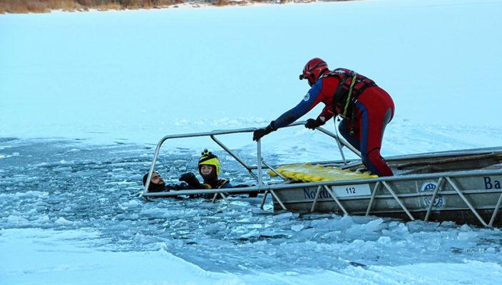 Unter realen Bedingungen übte die Kreiswasserwacht Rosenheim am Höglinger Weiher die Rettung aus dem Eis. Foto: Wasserwacht Rosenheim